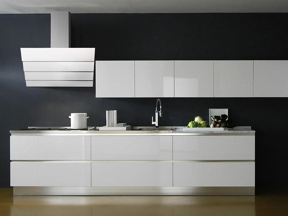 белая кухня без ручек с черными стенами