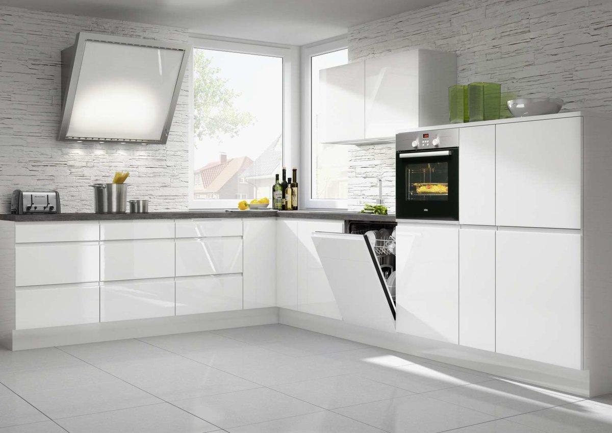 просторная белая кухня без ручек