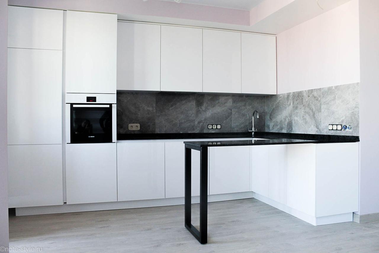 функциональная белая кухня без ручек