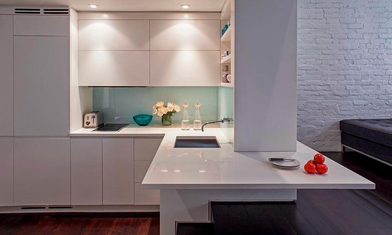 яркая подсветка белой кухни без ручек