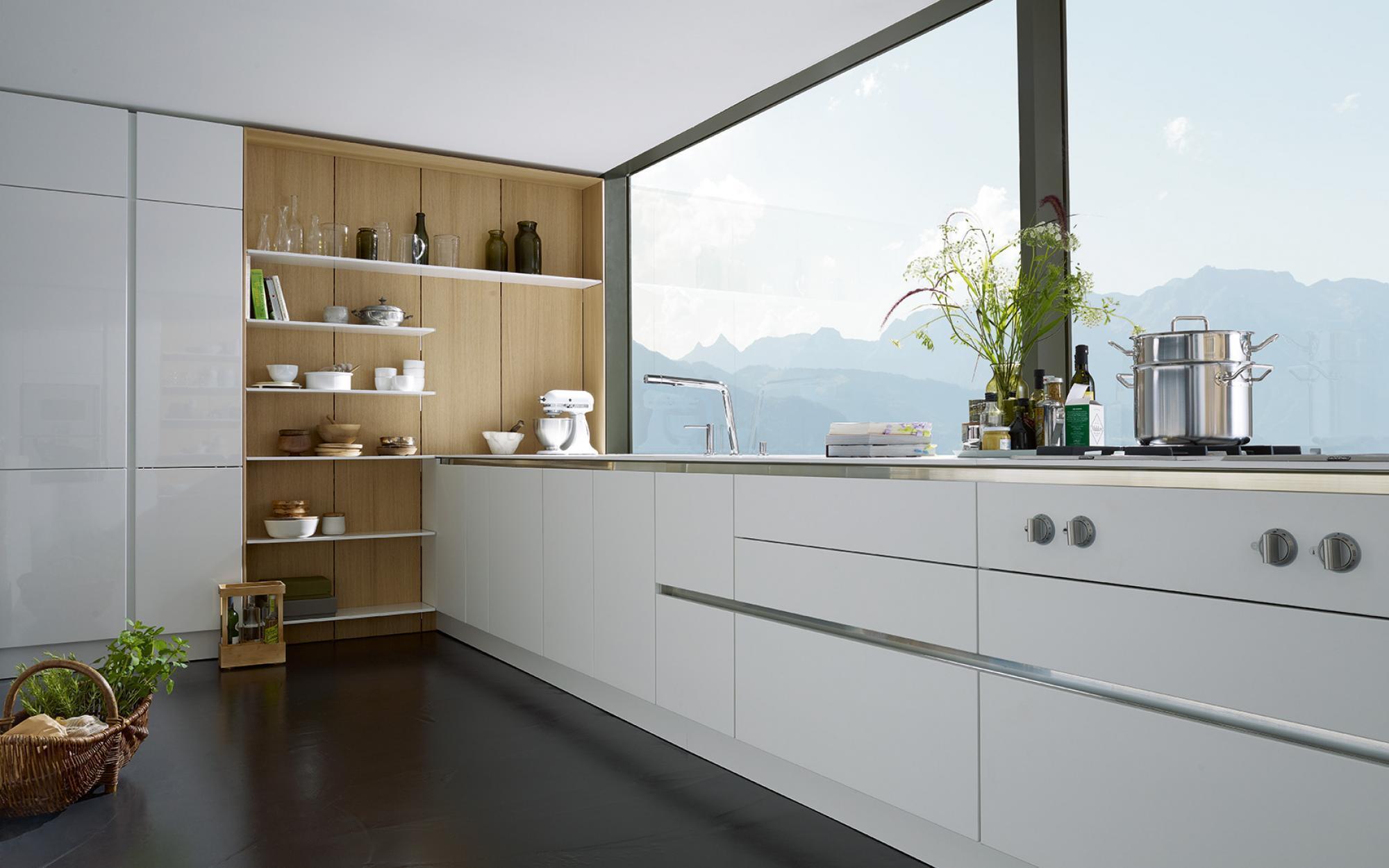 белая кухня без ручек и верхних шкафов