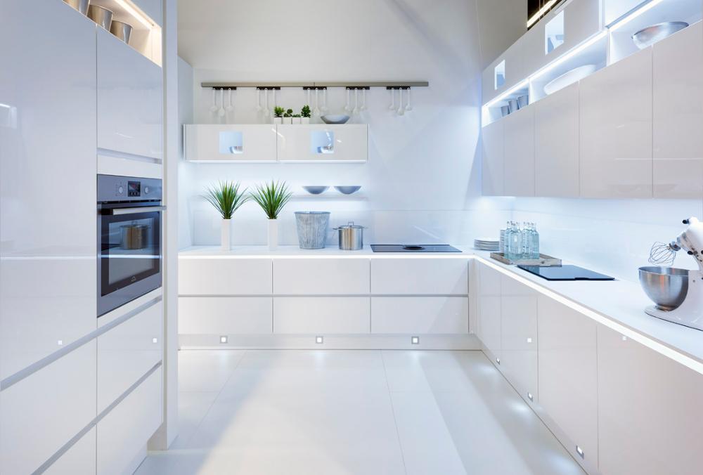 белая кухня и фасады без ручек