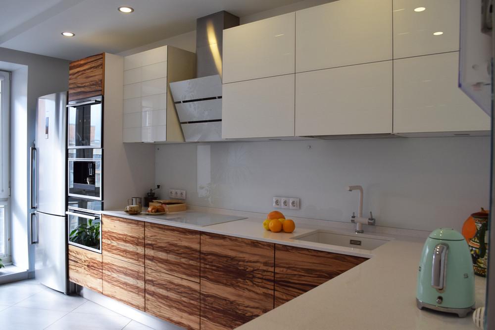белая кухня без ручек и деревянные фасады нижних шкафов