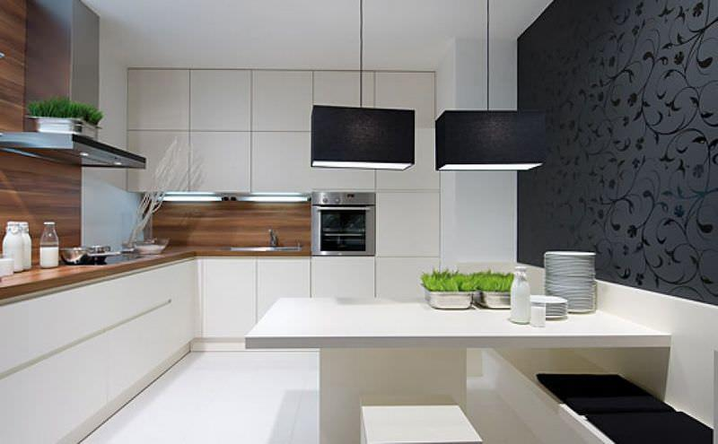 белая кухня без ручек в белом дизайне помещения