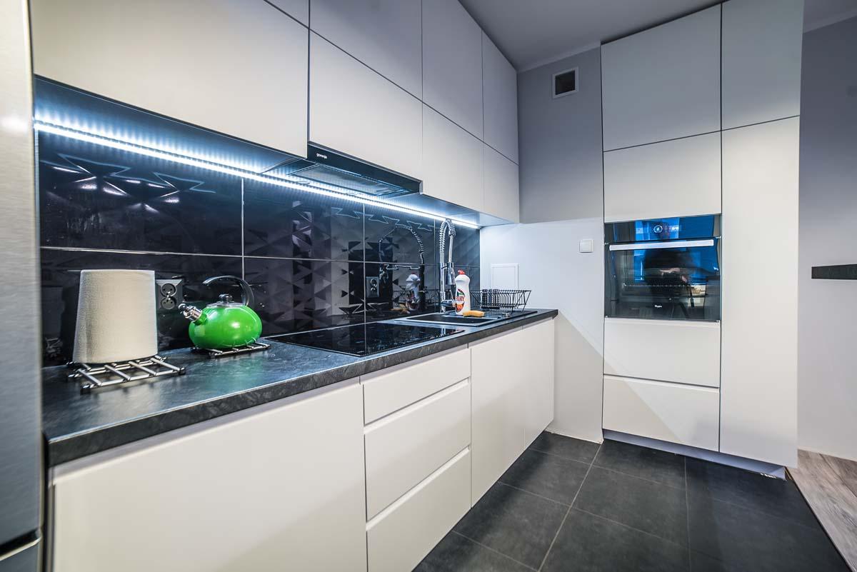 г-образная белая кухня без ручек
