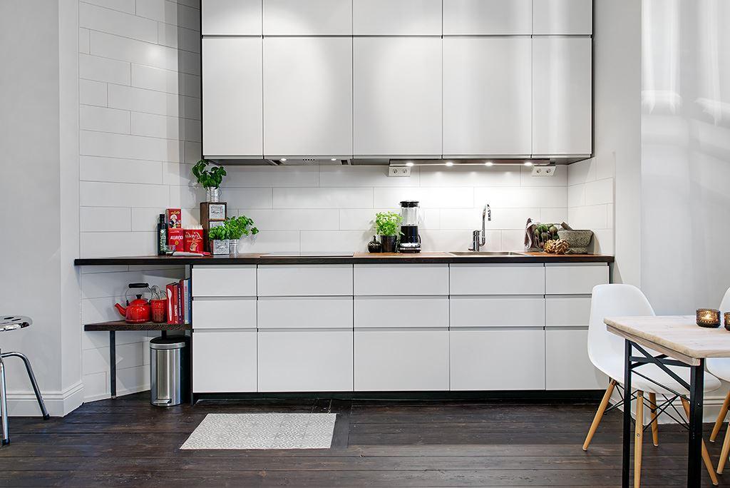 небольшая белая кухня без ручек