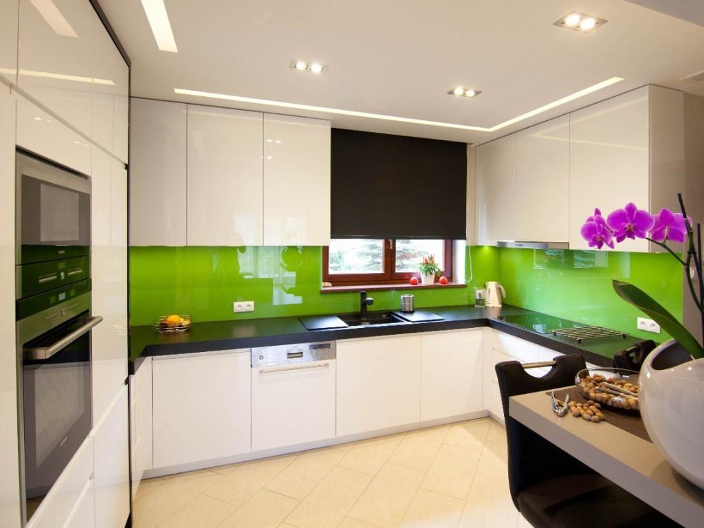 каменная столешница на белой кухне без ручек