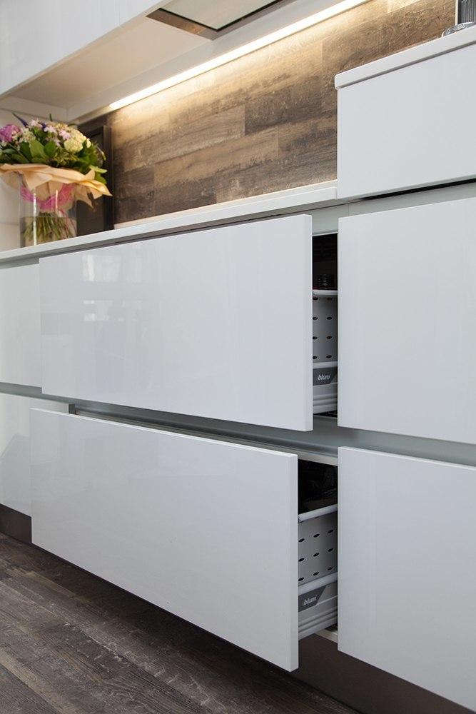 фасады на магнитах белая кухня без ручек