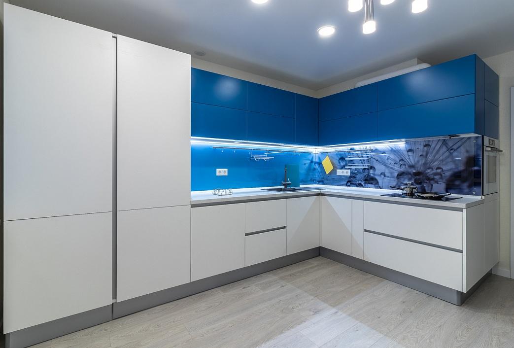 необычный дизайн белой кухни без ручек