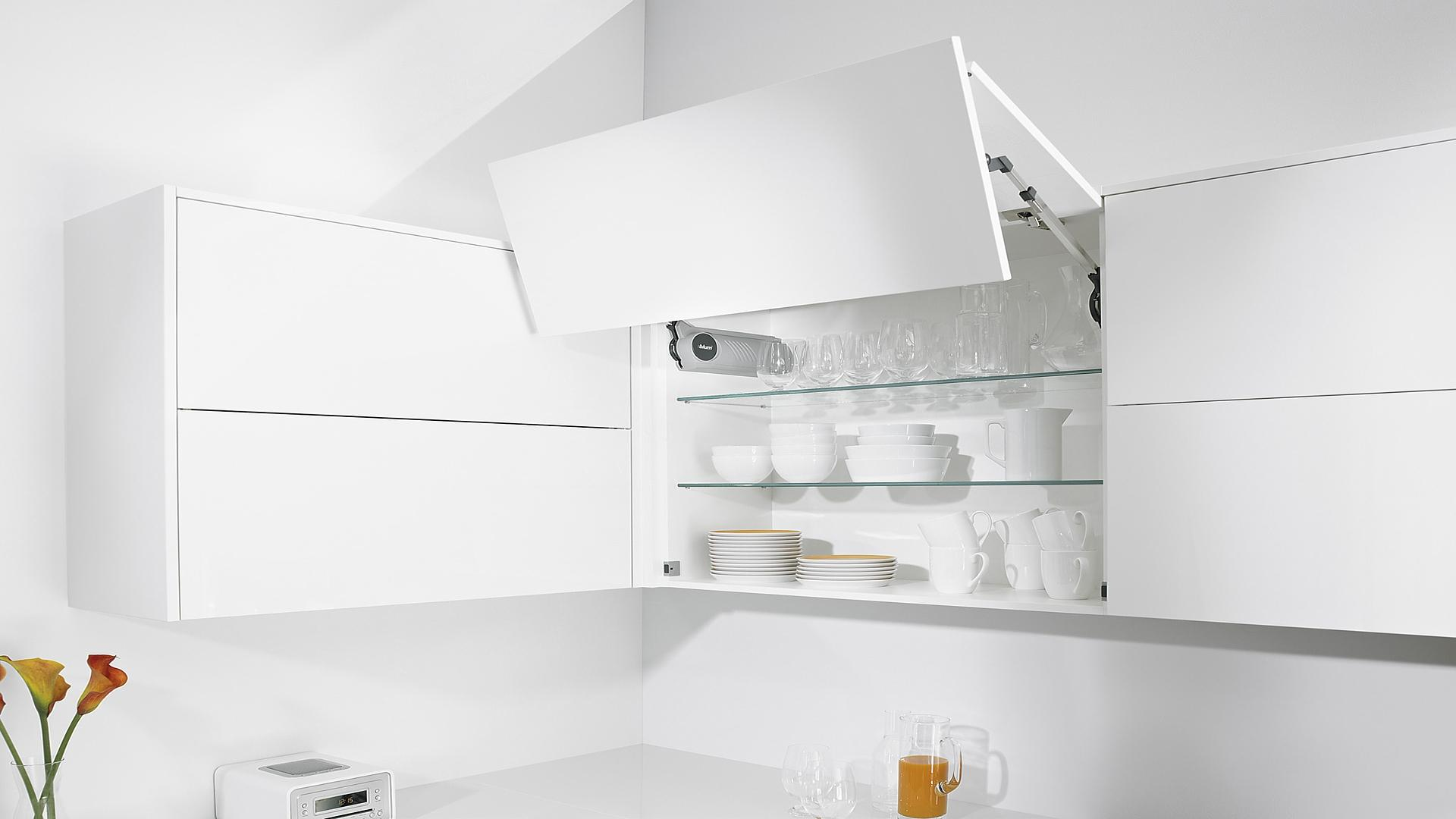 белая кухня без ручек на планках
