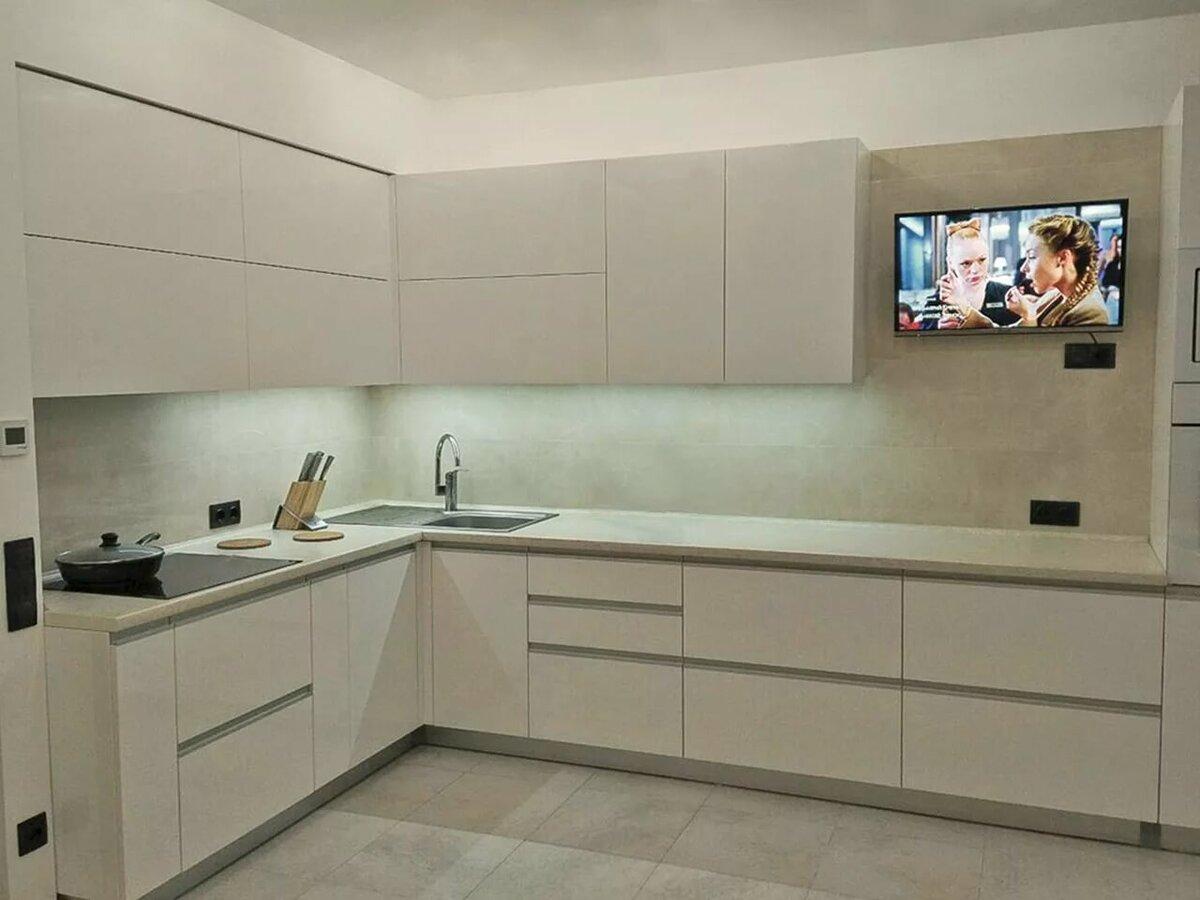 шероховатые фасады белой кухни без ручек