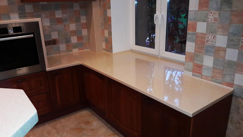 глянцевая пластиковая столешница для кухни