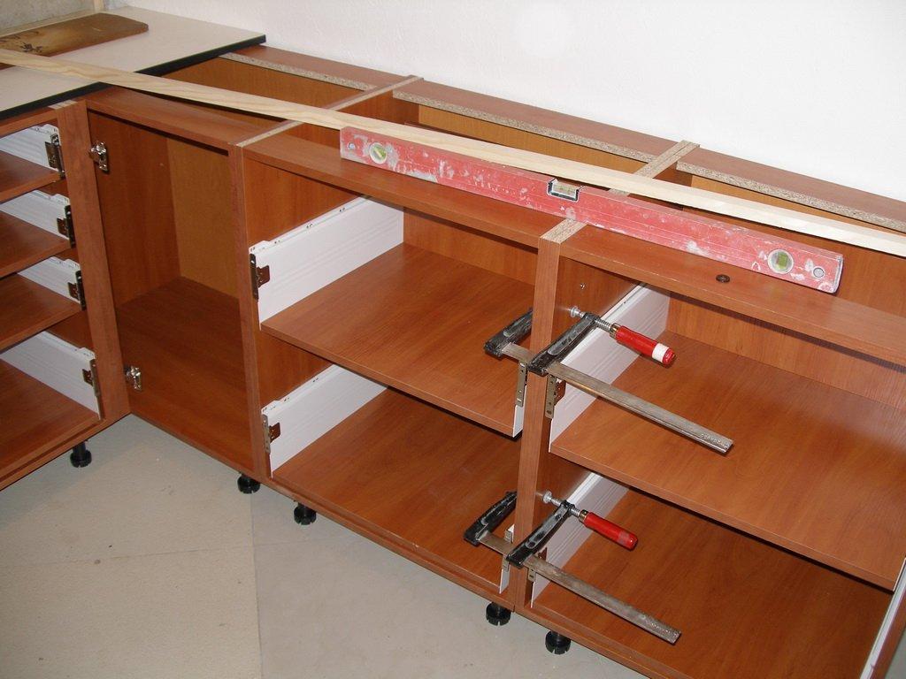 шкафы выставлены в уровень перед креплением столешницы
