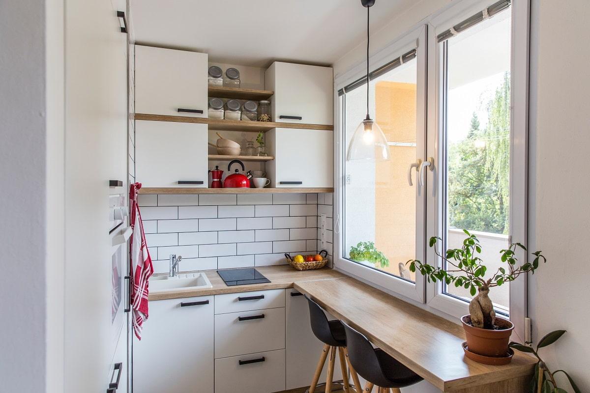 столешница-подоконник на кухне с балконом