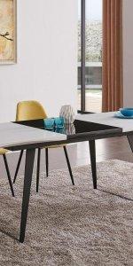 стол с яркими стульями