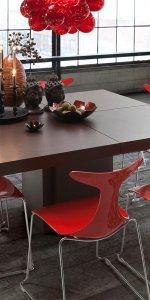 красные стулья и коричневый стол