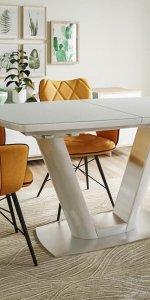 оранжевые стулья и белый стол