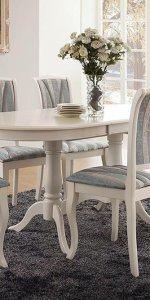 мягкие стулья и раскладной стол