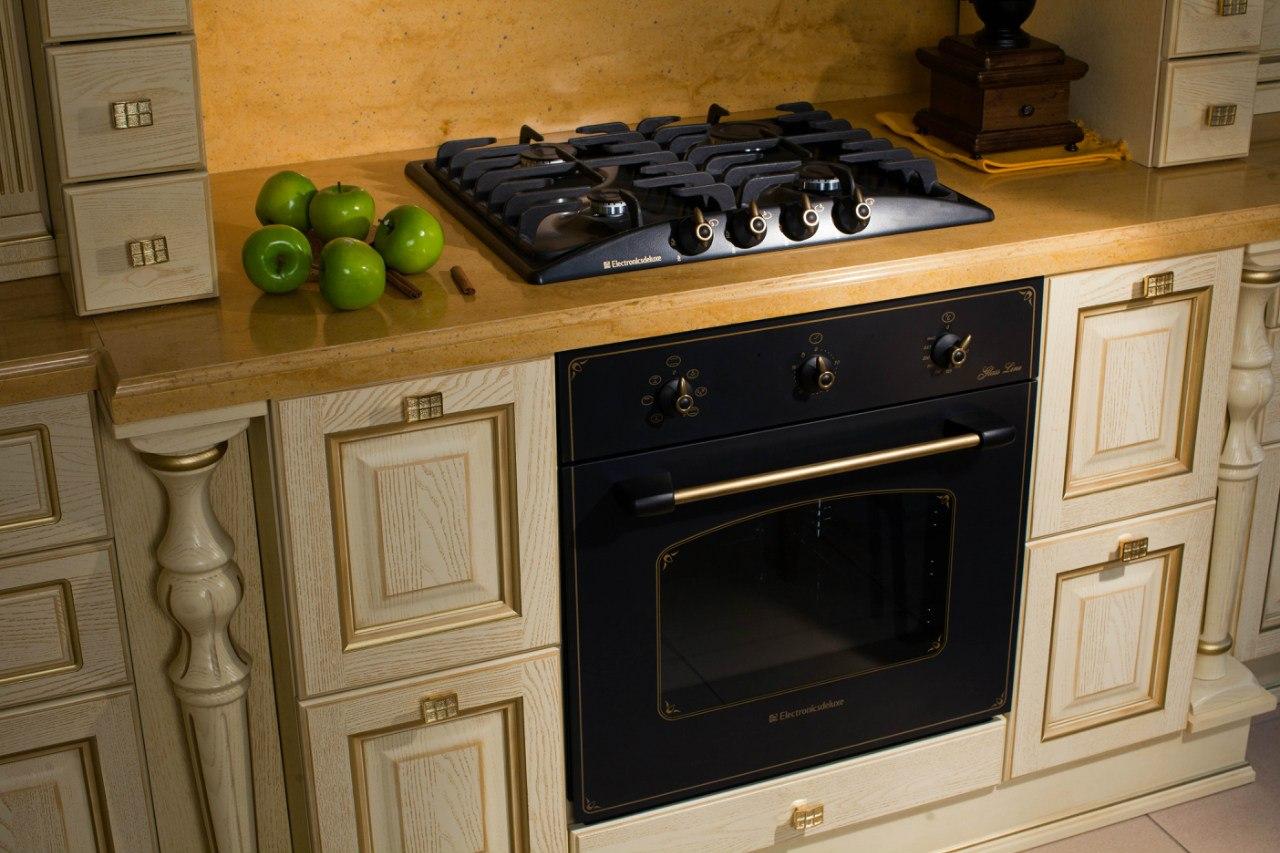 духовой шкаф на классической кухне