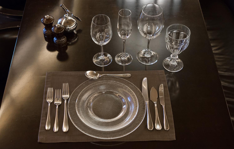 прозрачная посуда и столовые приборы