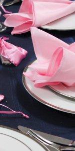 розовые салфетки на тарелке