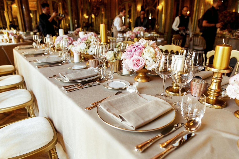 сервировка с цветами на столе