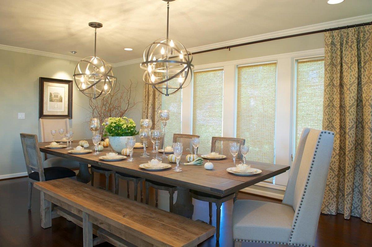 люстры над обеденной зоной на кухне-гостиной