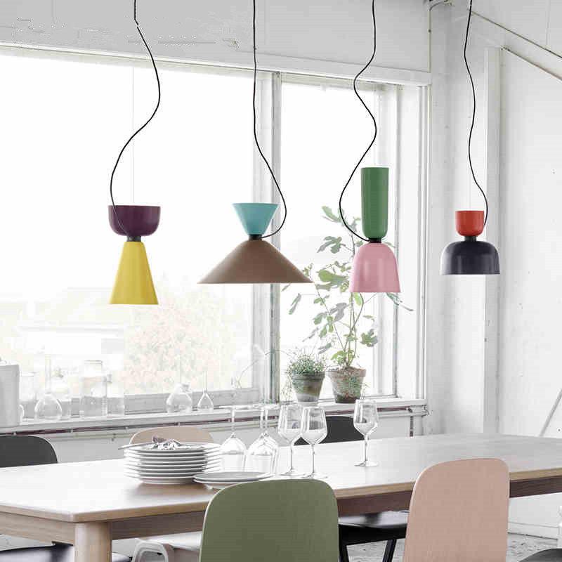 большое окно кухни и дополнительные лампы