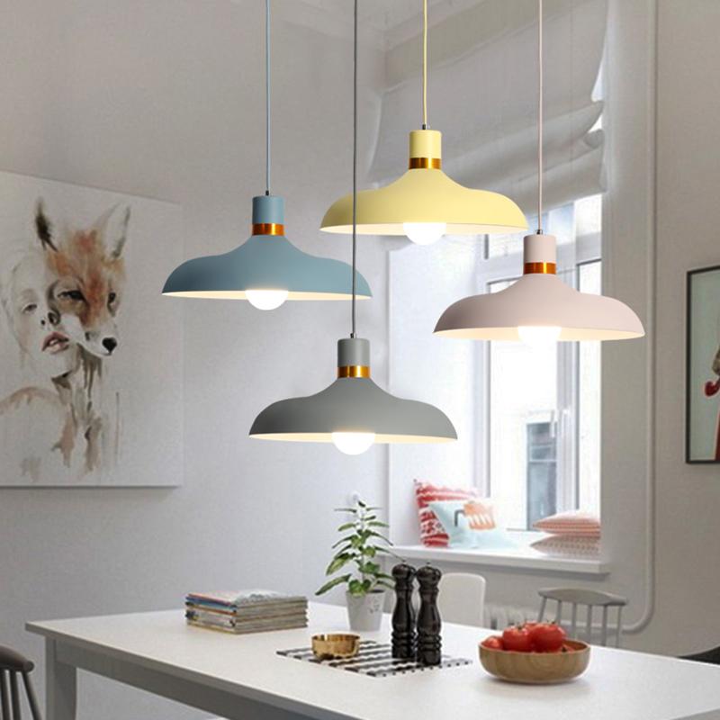 цветная лампа над обеденной зоной кухни