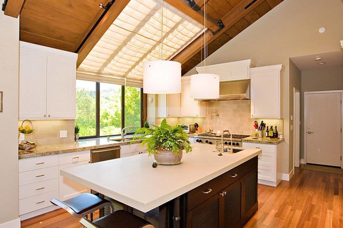 большое мансардное окно над обеденной зоной на кухне