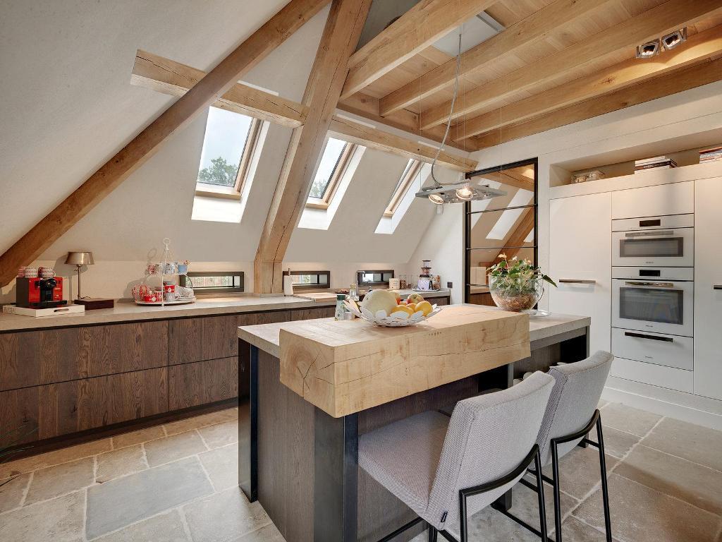 большая светлая кухня с мансардными окнами