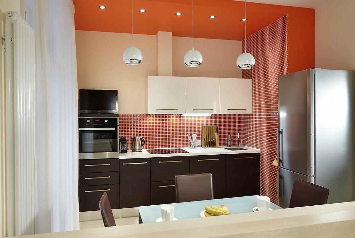 точечные светильники над кухней