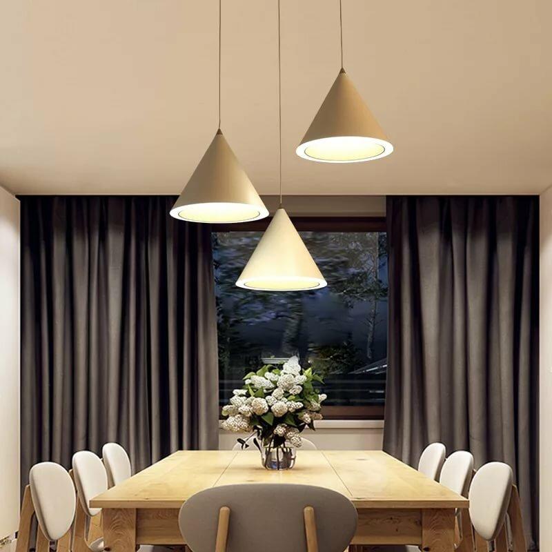 теплый свет лампы над обеденным столом