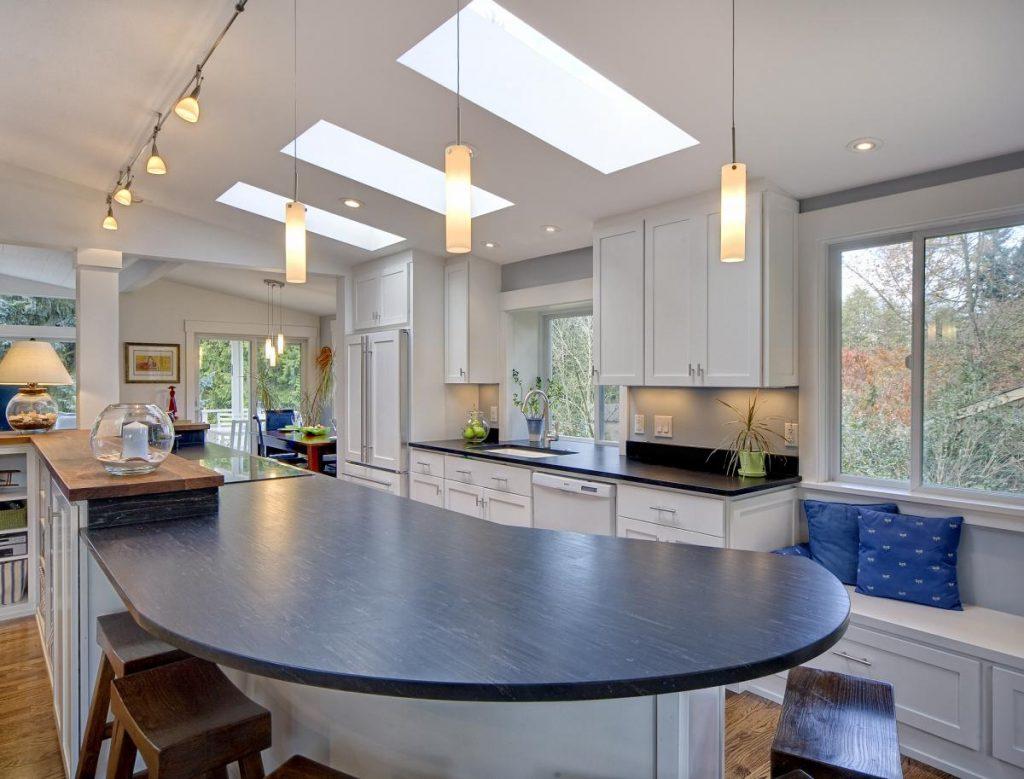 мансардные окна над рабочей зоной кухни