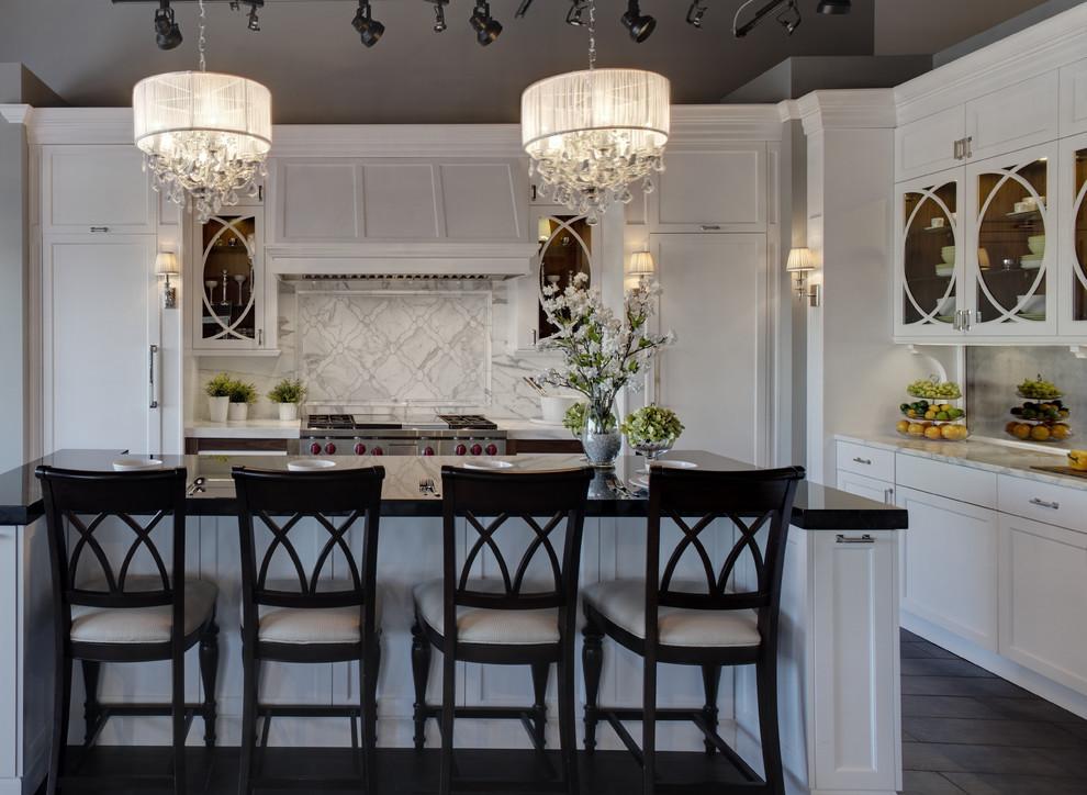 светлая кухня и яркое освещение