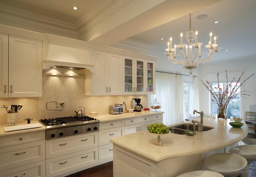 классическая кухня с люстрой