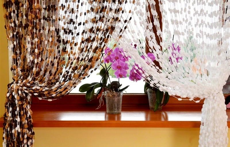 короткие шторы с подхватом на кухню