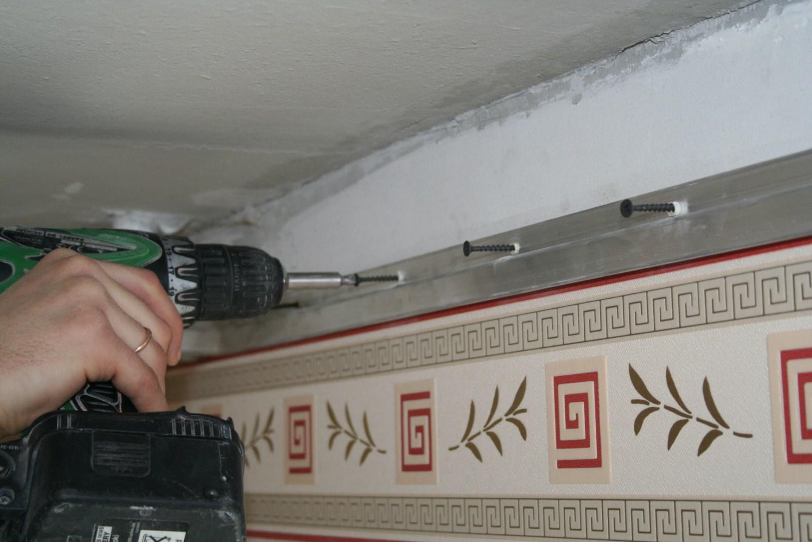 крепление напрявляющей натяжного потолка