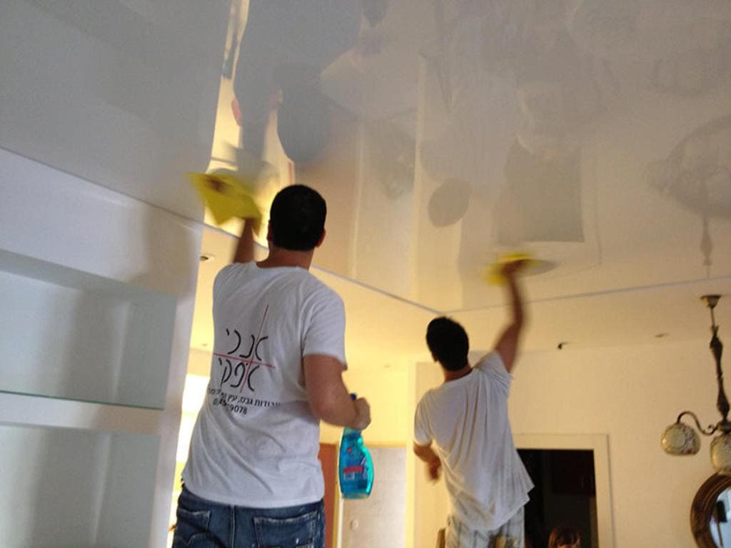 Между влажными уборками проводится сухая чистка от пыли и паутин