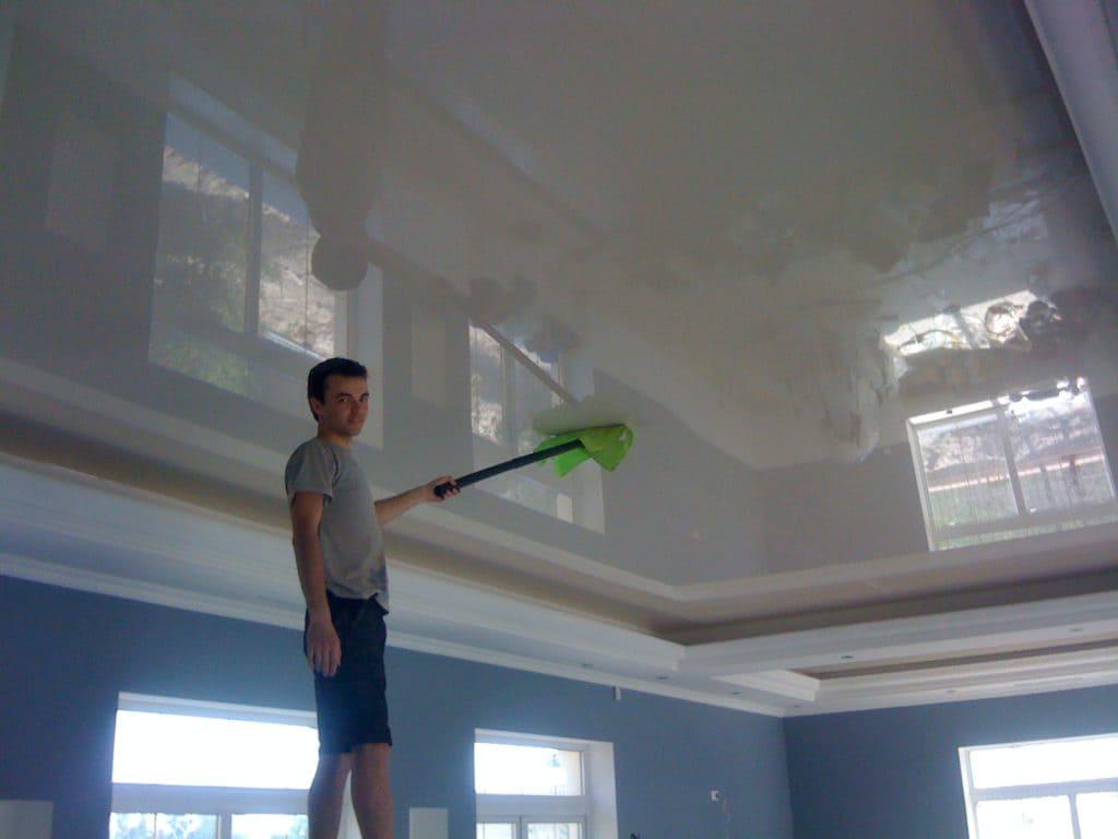 сухая чистка натяжного потолка