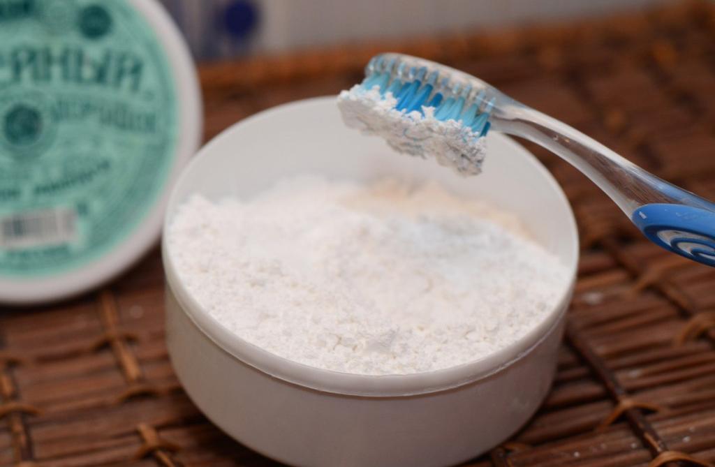 зубной порошок и мел для отбеливания пластика