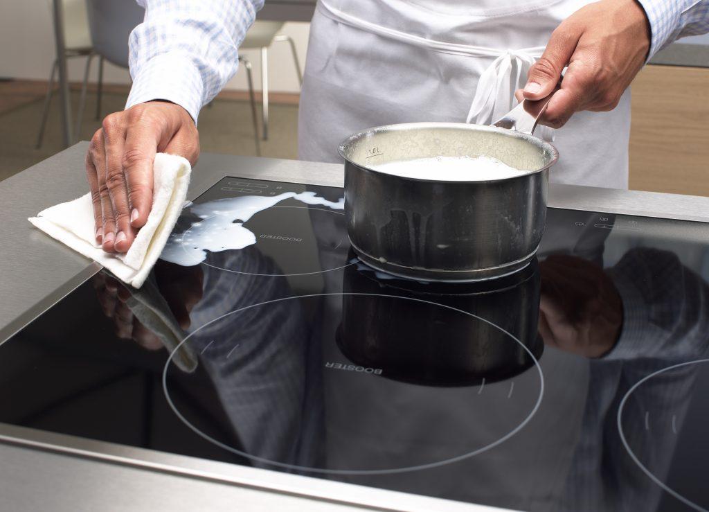 разлитое молоко по плите лучше убирать сразу