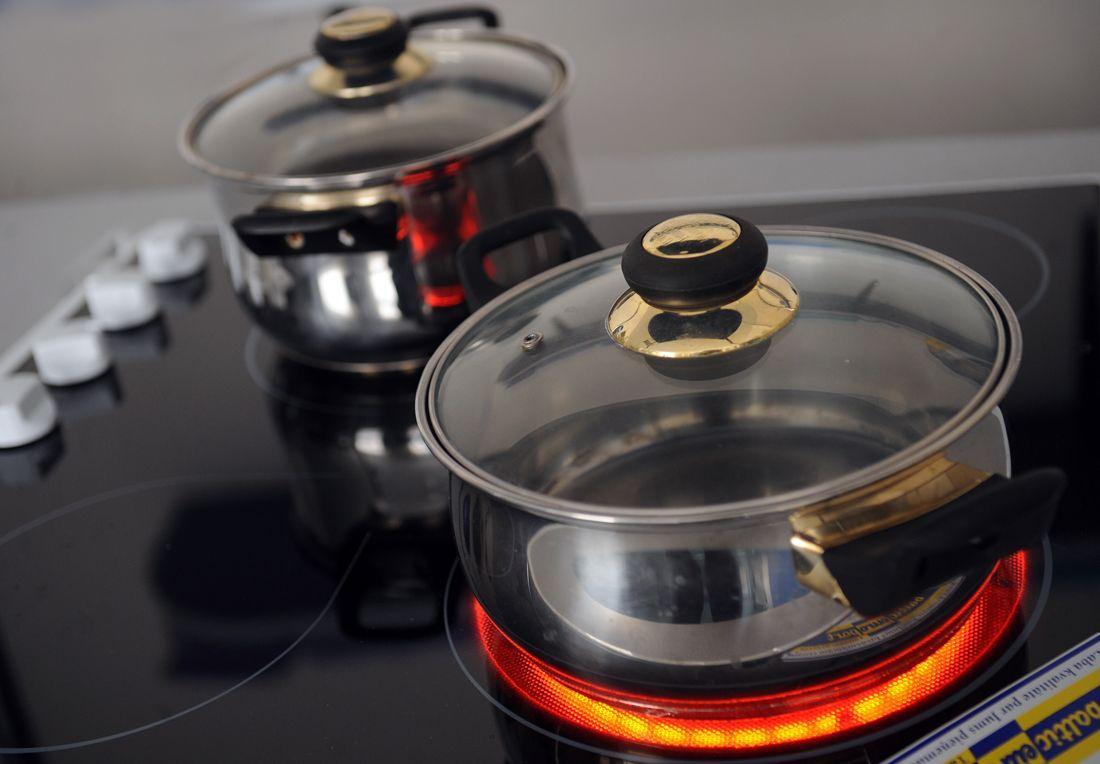 желательно приобретать с плитой новую посуду