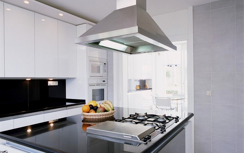 вытяжка на кухне с плитой на газу