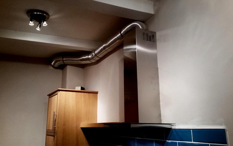 вытяжка с отводом в вентиляционный канал