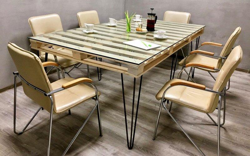 обеденный стол из паллетов на кухне