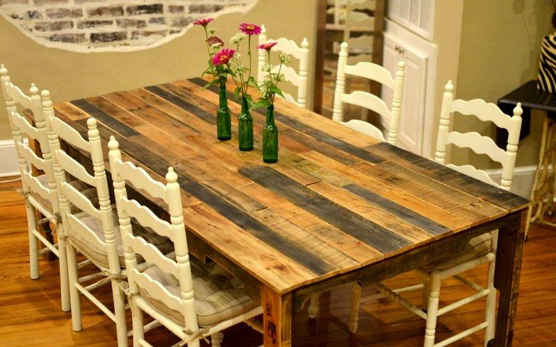 небольшой стол из досок на кухню