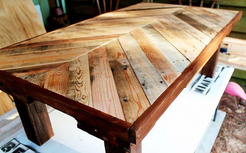 стол из досок на маленькую кухню