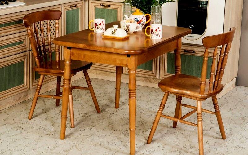 лакированный обеденный стол