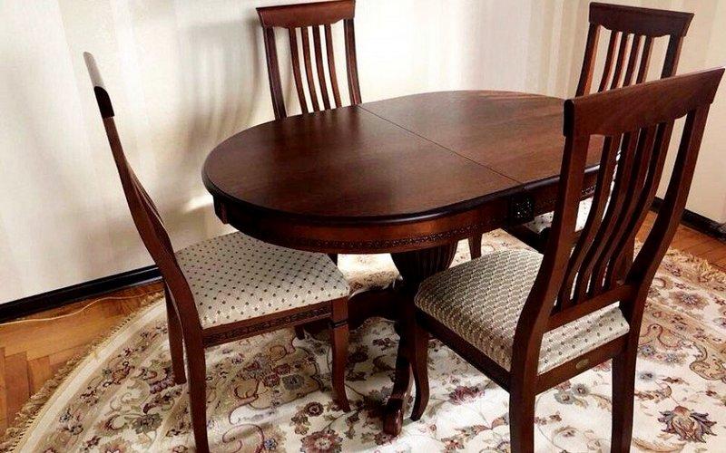 красивый обеденный стол из бука